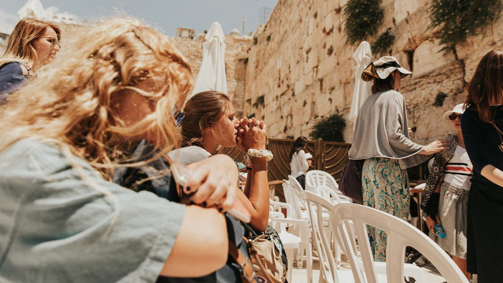 christian-women-tourists-praying-at-the-western-wall